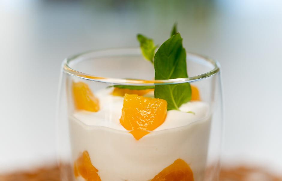 Vähähiilihydraattinen ja sokeriton persikkarahka